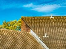 Telhados telhados angulares com céu azul imagem de stock