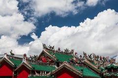 Telhados chineses do templo e nuvens dramáticas foto de stock