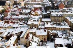 Telhados cobertos com a neve no centro de Lviv Foto de Stock