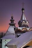 Telhados da barraca do monastério de Savvino-Storozhevsky no crepúsculo do inverno Fotos de Stock