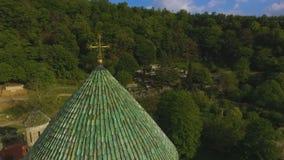Telhados da catedral de Bagrati cercados pela montanha de Cáucaso, paisagem surpreendente video estoque