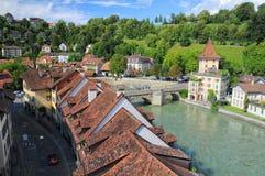 Telhados da construção velha no banco de rio em Berna, Suíça Imagem de Stock