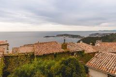telhados das casas no monte sobre o litoral, imagens de stock