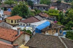Telhados das casas velhas da cidade feitas das telhas vermelhas descobertas na viagem Imagens de Stock Royalty Free