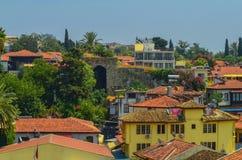 Telhados das casas velhas da cidade feitas das telhas vermelhas descobertas na viagem Fotografia de Stock