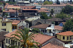 Telhados das casas velhas da cidade feitas das telhas vermelhas descobertas na viagem Imagens de Stock