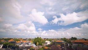 Telhados de Bali Seminyak e timelapse do céu vídeos de arquivo