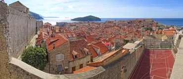 Telhados de Dubrovnik, ilha de Lokrum e a costa do sul fotos de stock royalty free