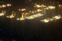 Telhados de incandescência de highrises residenciais em Guangzhou nevoento, China Imagem de Stock