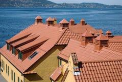 Telhados de telha clássicos com um mar em um fundo Fotografia de Stock Royalty Free