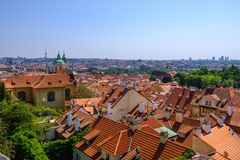 Telhados de telha da cidade velha Praga, Rep?blica Checa foto de stock