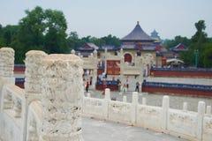 Telhados do Pequim de Templo do Céu do chinês, China - foco na coluna de mármore cinzelada imagens de stock