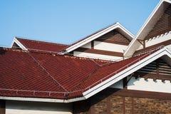 Telhados do Rad e frontões brancos Fotografia de Stock