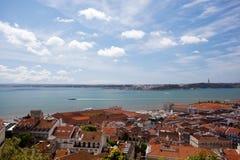 Telhados do rio de Lisboa, de Tagus, da ponte e do St de Christ Imagem de Stock