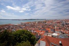 Telhados do rio de Lisboa, de Tagus, da ponte e do St de Christ Foto de Stock