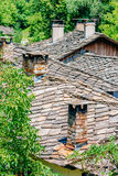 Telhados e chaminés na vila búlgara foto de stock royalty free