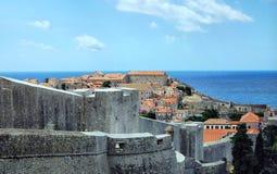 Telhados em Dubrovnik em um dia ensolarado com céu azul Imagem de Stock Royalty Free