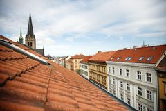 Telhados em uma das ruas de Praga velha fotos de stock royalty free