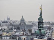 Telhados históricos dos edifícios da cidade velha de Praga Fotografia de Stock Royalty Free