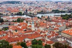 Telhados na cidade velha e no Charles Bridge de Praga Imagem de Stock Royalty Free
