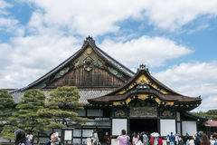 Telhados Ornamented do castelo de Nijo em Kyoto foto de stock royalty free