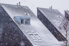 Telhados Pointy cobertos na neve durante a estação do inverno, tempo nevado, arquitetura holandesa moderna fotos de stock royalty free
