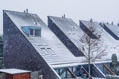 Telhados pointy holandeses modernos cobertos na neve, vizinhança moderna durante a estação do inverno, tempo frio nevado nos País fotografia de stock