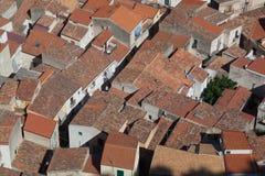 Telhados pròxima embalados na cidade velha de Cefalu Imagem de Stock