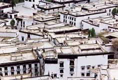 Telhados tibetanos na cidade Shigatze. Imagens de Stock
