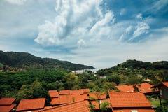 Telhados vermelhos da vista bonita na costa de mar Casas vermelhas dos telhados no monte verde do fundo Foto de Stock