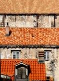 Telhados vermelhos na cidade imagens de stock royalty free