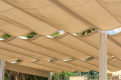 Telhar de um terraço com os toldos de tensão da corda imagens de stock
