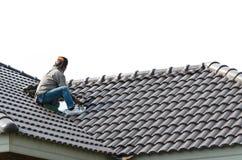 Telhar - trabalhador da construção que está em uma coberta de telhado o sagacidade Foto de Stock