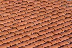 Telhas alaranjadas de uma casa nova Fundo bonito de telhas da argila Foto de Stock