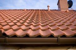 Telhas alaranjadas no telhado Imagens de Stock Royalty Free
