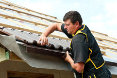 Telhas apropriadas do roofer masculino Imagens de Stock Royalty Free