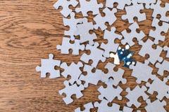telhas azuis de um enigma em uma tabela de madeira Conceito para indicar o le imagens de stock