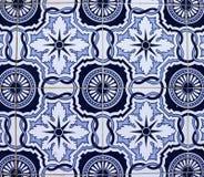 Telhas azuis na fachada portuguesa fotos de stock