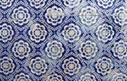 Telhas azuis na fachada portuguesa imagens de stock