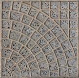 Telhas cinzentas do quadrado com quadro modelado fundo cinzento intercalado com os seixos pretos pequenos da rocha vulc?nica fotos de stock