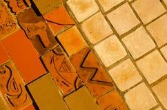 telhas da parede de tijolo do Três-tom com elementos do ornamento indiano Foto de Stock