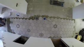 Telhas de assoalho profissionais do hexágono da configuração do tiler Timelapse video estoque