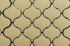 Telhas de mosaico do metal com testes padrões em um interior moderno imagens de stock royalty free