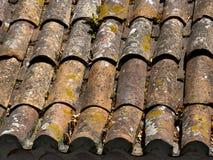 Telhas de telhado alaranjadas sujas velhas Fotos de Stock
