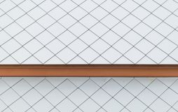 Telhas de telhado brancas com madeira imagens de stock