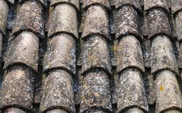 Telhas de telhado com líquenes de uma casa espanhola tradicional velha da vila fotografia de stock royalty free