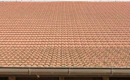 Telhas de telhado em um celeiro velho como um fundo fotos de stock royalty free