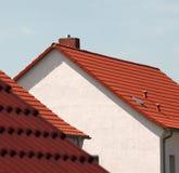 Telhas de telhado vermelhas em casas Fotos de Stock
