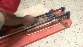 Telhas de trabalho do corte do construtor video estoque