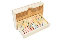 Telhas do jogo do dominó na caixa de madeira do caso Isolado no backgrou branco imagem de stock